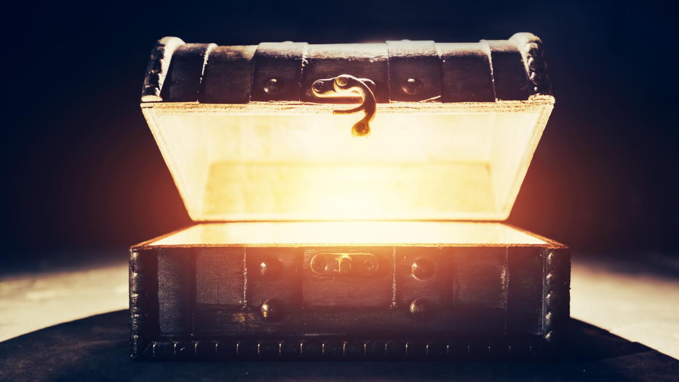 Treasure chest glow i Stock 1126694541